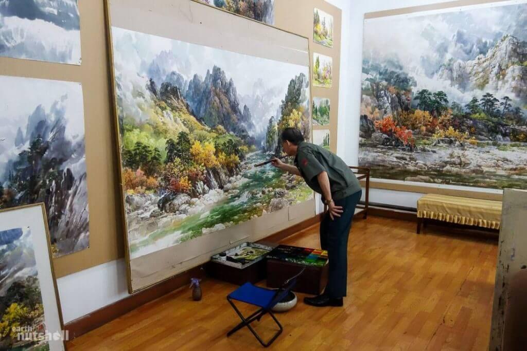 Một họa sĩ Bắc Triều Tiên nổi tiếng đang vẽ tranh phong cảnh